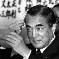 安定多数で余裕の中曽根康弘自民党総裁(首相)=東京・千代田区の自民党本部で1983年6月27日