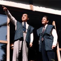 レーガン米大統領に紅葉の説明をする中曽根首相=日の出山荘「天心亭」で1983年11月11日