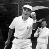 静養先の軽井沢でテニスを楽しむ中曽根康弘首相=長野県軽井沢町で1986年8月22日
