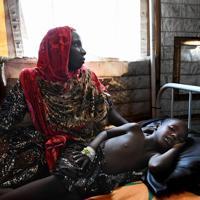 「国境なき医師団」が開設した小児集中治療室で治療を受ける子どもと看病する母親。雨季終盤の9月はマラリアを媒介する蚊が多く発生し、運ばれて来るのはほとんどがマラリアに感染している子どもたちだという=ナイジェリア・ボルノ州マイドゥグリで2019年9月27日、山崎一輝撮影