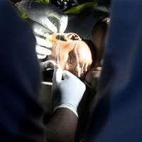 救急救命室で治療を受ける子ども。重篤から回復期の患者までがそれぞれの病状に分けてテント内に入院。7日程で退院できる子どもがいる一方で、死亡する子もいる=ナイジェリア・ボルノ州マイドゥグリで2019年9月27日、山崎一輝撮影