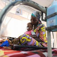 小児集中治療室に栄養失調で入院する子どもと母親。農作物の収穫期を迎える9月が最も食物が不足する時期で、栄養失調患者数増加のピークとなっている=ナイジェリア・ボルノ州マイドゥグリで2019年9月30日、山崎一輝撮影