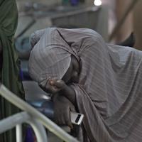 救急救命室で、マラリアに感染した子どもの横でうなだれる母親=ナイジェリア・ボルノ州マイドゥグリで2019年9月27日、山崎一輝撮影