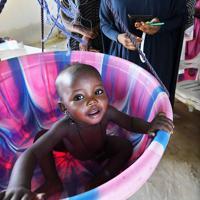体重を計測する子ども。重篤な子どもの治療の他、親に対する栄養や衛生環境維持の指導なども行う=ナイジェリア・ボルノ州マイドゥグリで2019年9月30日、山崎一輝撮影