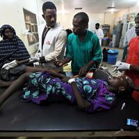 救急救命室でマラリアに感染した子どもを治療をする「国境なき医師団」の医師たち=ナイジェリア・ボルノ州マイドゥグリで2019年9月27日、山崎一輝撮影