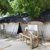 「国境なき医師団」が開設した小児専用のマラリアの医療施設。重篤な患者から回復期の患者までがそれぞれの病状に分けられてテント内に入院している=ナイジェリア・ボルノ州マイドゥグリで2019年9月27日、山崎一輝撮影