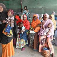 栄養失調患者に特化した「国境なき医師団」の小児集中治療室で、栄養指導を受ける母親たち。各家庭で子どもに必要な栄養を与えられるように、ペースト状の栄養補給食も配布している=ナイジェリア・ボルノ州マイドゥグリで2019年9月30日、山崎一輝撮影