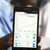 小児集中治療室では、患者の子どもの体重増減データや血液検査の結果をタブレット端末で管理している=ナイジェリア・ボルノ州マイドゥグリで2019年9月30日、山崎一輝撮影