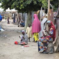 ナイジェリア政府非公認の避難民キャンプで、生活する国内避難民の子どもたち。家は廃材でできており、学校には通えていない。政府からのさまざまな支援を受けることができず、生活に困窮している=ナイジェリア・ボルノ州マイドゥグリで2019年9月29日、山崎一輝撮影