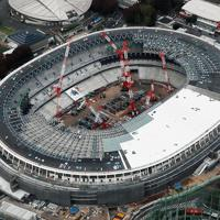 建設工事が進む新国立競技場=2018年11月18日、本社ヘリから玉城達郎撮影