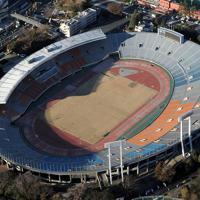 本格的な解体作業の着手が大幅に遅れている国立競技場=東京都新宿区で2014年12月22日、本社ヘリから徳野仁子撮影