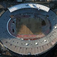 解体工事のため外周が足場で覆われた国立競技場=東京都新宿区で2015年2月16日、本社ヘリから小出洋平撮影