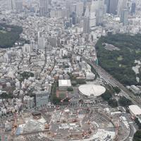 2020年東京五輪の開幕まで3年となる新国立競技場建設地。奥は新宿副都心=2017年7月23日、本社ヘリから
