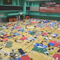 体育館には若者らが就寝に使ったとみられるたくさんのマットレスなどが残されていた=香港理工大で2019年11月29日午後4時2分、福岡静哉撮影