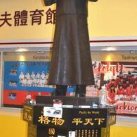 中国革命の父、孫文の銅像もヘルメットとゴーグルがつけられ、デモ隊のような格好にされていた=香港理工大で2019年11月29日午後3時46分、福岡静哉撮影