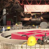火炎瓶を作るために使ったとみられる空き瓶やヘルメットなどが残されていた=香港理工大で2019年11月29日午後3時20分、福岡静哉撮影