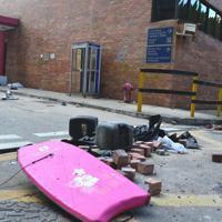 校内にはデモ隊が使った盾や、武器に使うレンガなどが残されていた=香港理工大で2019年11月29日午後3時37分、福岡静哉撮影