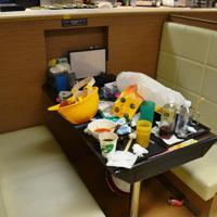 学生食堂には、食べ残しやヘルメットなどがそのまま放置されていた=香港理工大で2019年11月29日午後3時42分、福岡静哉撮影