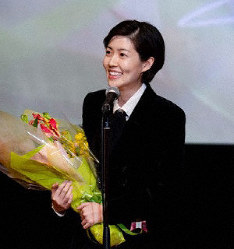 South Korean actress Shim Eun-kyung delivers an acceptance speech after winning an award at the Tama Cinema Forum in Tokyo, on Nov. 17, 2019. (Chosun Ilbo photo)