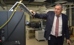 アダニ社の製品を説明するウラジーミル・リネフ最高経営責任者=ミンスクで2019年11月14日、大前仁撮影