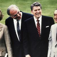 1985年5月、西ドイツ・ボンで行われたサミットで(左から)サッチャー英首相、コール西独首相、レーガン米大統領と記念撮影に臨む中曽根氏=AP