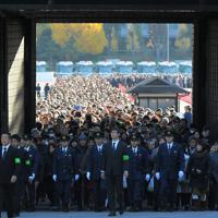 乾通りの秋の一般公開が始まり、坂下門をくぐる大勢の人たち=皇居で2019年11月30日午前8時46分、手塚耕一郎撮影