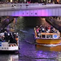 戎橋の下をゆっくり進む遊覧船=大阪市中央区で2019年11月27日、山田尚弘撮影