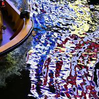 絵の具を溶かしたような川面を進む遊覧船=大阪市中央区で2019年11月27日、山田尚弘撮影