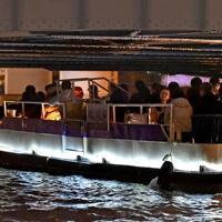 頭上ぎりぎりの高さの深里橋の下を通る遊覧船=大阪市中央区で2019年11月27日、山田尚弘撮影
