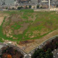 旧競技場が取り壊され、更地となった新国立競技場建設予定地=東京都新宿区で2015年12月21日、本社ヘリから徳野仁子撮影