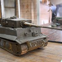 陶器独特の重厚感がある旧ドイツ軍戦車「ティーガー」=滋賀県甲賀市信楽町の壺八窯で2019年11月30日午後0時46分、礒野健一撮影