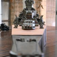 艦橋や砲塔まで全て陶器製の「戦艦大和」=滋賀県甲賀市信楽町の壺八窯で2019年11月30日午後0時47分、礒野健一撮影