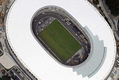 芝生の敷き詰めが完了した新国立競技場=東京都新宿区で月、本社ヘリから宮本明登撮影