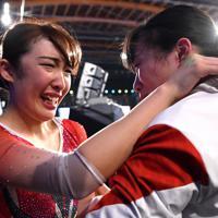 トランポリン女子個人で優勝し高木裕美(右)と抱き合い涙を流す森ひかる=有明体操競技場で2019年12月1日、宮間俊樹撮影
