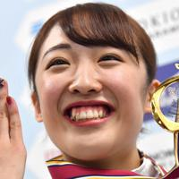 トランポリン女子個人を終えてメダルを手に笑顔の優勝した森ひかる=有明体操競技場で2019年12月1日、宮間俊樹撮影