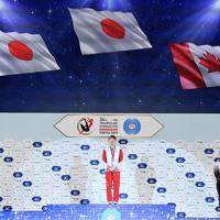 トランポリン女子個人で優勝し表彰式で国歌斉唱する森ひかる(中央)と2位の土井畑知里(左)=有明体操競技場で2019年12月1日、宮間俊樹撮影