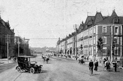 明治時代の東京・丸の内の風景。自動車はまだ珍しかった(国立国会図書館蔵)