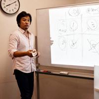 起業準備塾で、サービスを提供する的の絞り方を参加者に教える新井一さん=東京都豊島区で