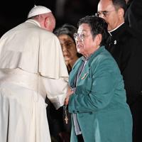 フランシスコ・ローマ教皇(左)と握手する被爆者の朴南珠さん=広島市中区で2019年11月24日
