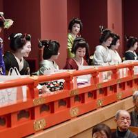 「吉例顔見世興行」の開演を待つ芸舞妓たち=京都市東山区の南座で2019年12月2日午前10時27分、川平愛撮影