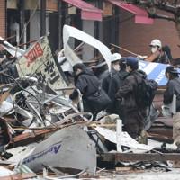 飲食店などが入る建物で発生し42人が重軽傷を負った爆発事故の現場を調べる捜査員ら=札幌市豊平区で2018年12月17日、貝塚太一撮影