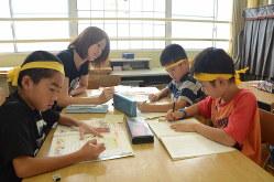 宿題に取り組む子どもたち