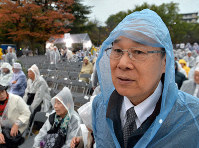 Masao Tomonaga visits the Atomic Bomb Hypocenter Park in Nagasaki to hear a message from Pope Francis on Nov. 24, 2019. (Mainichi/Minoru Kanazawa)