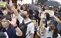 5本の指を広げて「5大要求は一つも欠けてはならない」と叫ぶ市民ら=香港・尖沙咀で2019年12月1日、福岡静哉撮影