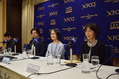 夫婦別姓訴訟について記者会見にのぞむ原告の一人、恩地いづみさん(右から2人目)と代理人弁護士たち=吉永磨美撮影