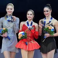 女子シングルの表彰式で笑顔を見せる(左から)2位のマリア・ソツコワ、優勝のアリーナ・ザギトワ、3位のケイトリン・オズモンド=名古屋市の日本ガイシホールで2017年12月9日、手塚耕一郎撮影