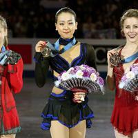 表彰式でメダルを手に笑顔を見せる(左から)2位のユリア・リプニツカヤ、優勝した浅田真央、3位のアシュリー・ワグナー=マリンメッセ福岡で2013年12月7日、貝塚太一撮影