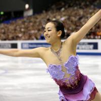 女子SPで華麗に演技する浅田真央=マリンメッセ福岡で2013年12月5日、貝塚太一撮影