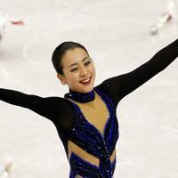 フィギュアスケート・グランプリファイナル福岡2013の女子フリーの演技を終えて笑顔で歓声に応える浅田真央=マリンメッセ福岡で2013年12月7日、山本晋撮影