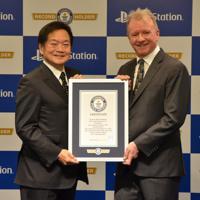 ギネス世界記録の公式認定証を手にする久多良木健氏(左)とソニー・インタラクティブエンタテインメントのジム・ライアンCEO=東京都港区で2019年12月3日午後4時17分、道永竜命撮影
